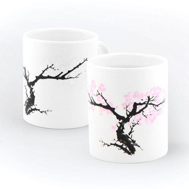 Tasse mit blühenden Kirschblüten - Farbwechsel