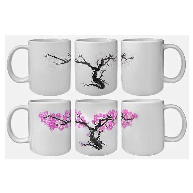 Tasse mit blühenden Kirschblüten