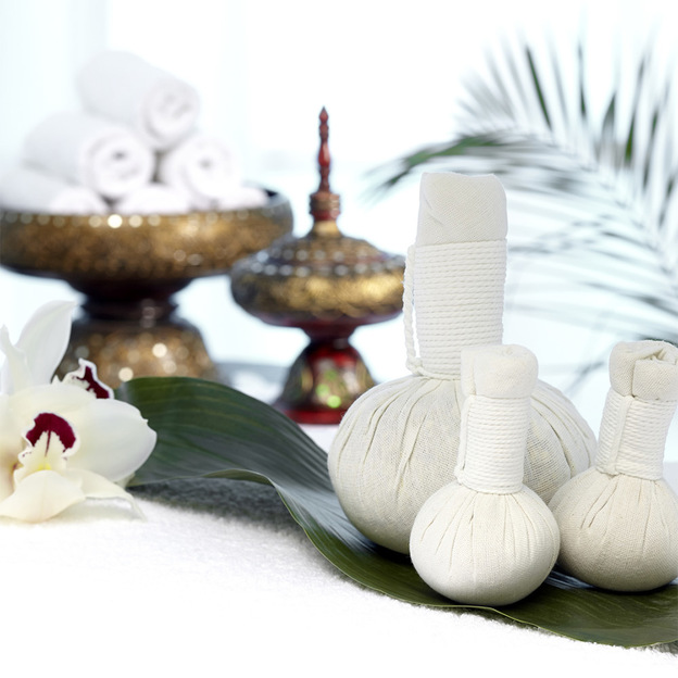 Thai-Massage mit warmen Kräuterstempeln