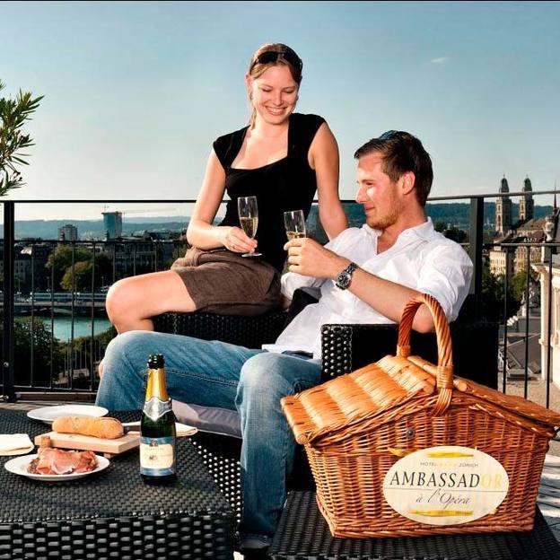 Pique-nique romantique sur le toit de l'Hotel Ambassador à Zurich