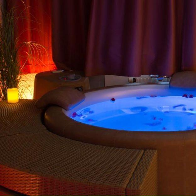 Jacuzzi romantique au clair de lune et massages en duo
