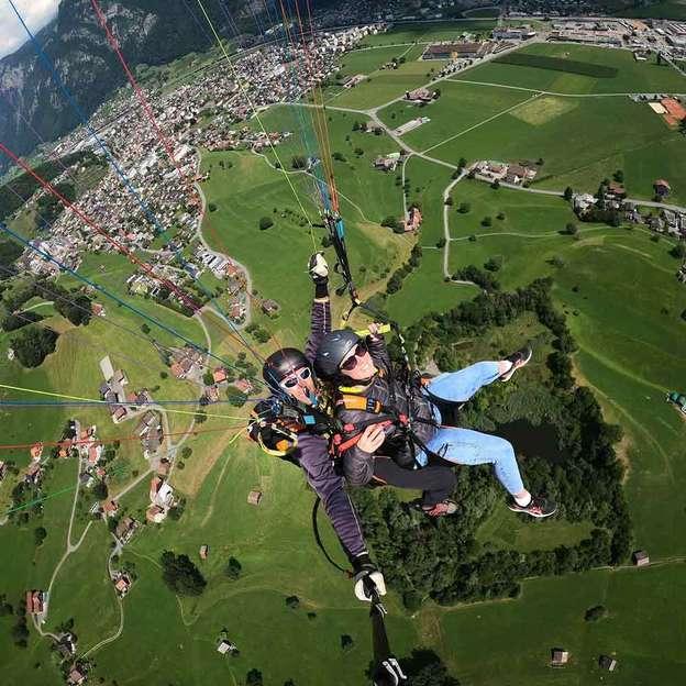 Abheben mit einem Gleitschirm Passagierflug am Pizol
