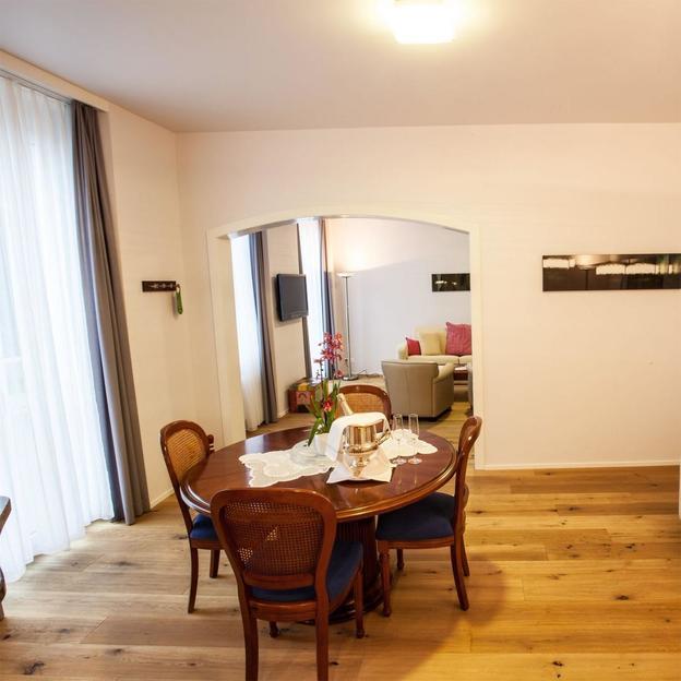 Escapade romantique Suisse en suite royale, bougie, dîner et Wellness
