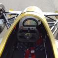 Rennwagen fahren auf internationalen Rennstrecken