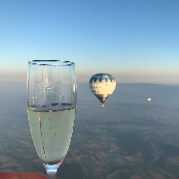Vol en montgolfière couple lever de soleil de luxe