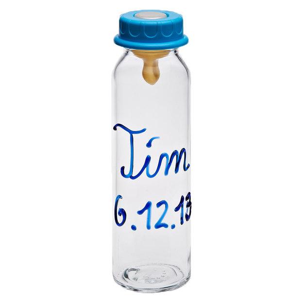 Personalisierbare Babyflasche mit farbiger Schrift
