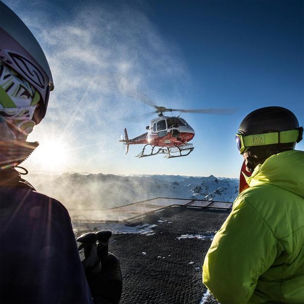 Tour en hélicoptère avec nuitée et skipass