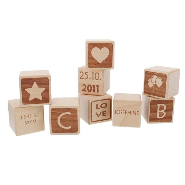 Personalisierbare Baby-Holzwürfel mit Namensgravur