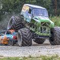 Monster truck: écrasez une carcasse de voiture!