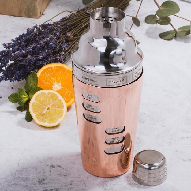 Shaker à cocktail avec recettes