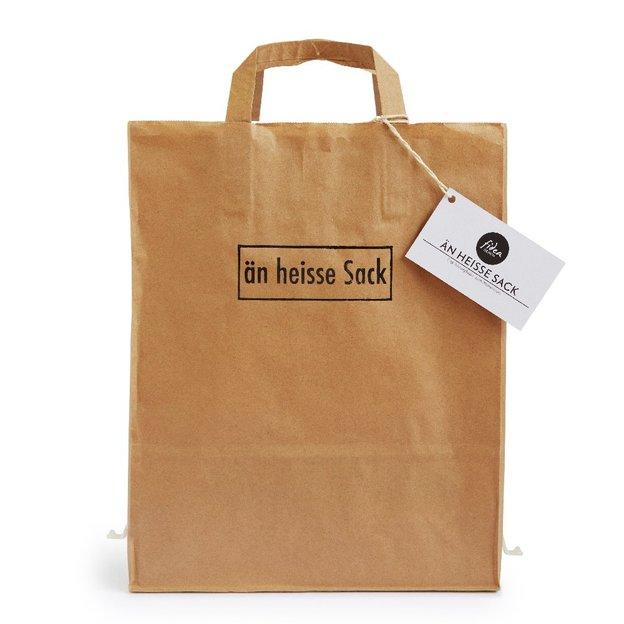 Einwegfeuer Papiertragtasche mit Brennholz - Än heisse Sack