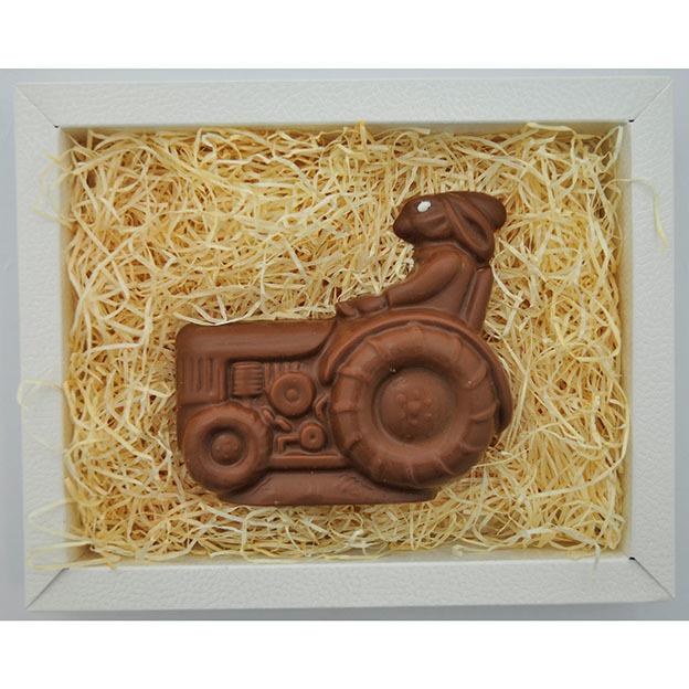 Osterhase auf Traktor