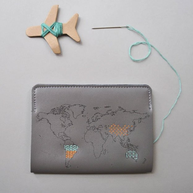 "Étui à passeport gris à broder ""Stitch where you've been» de Chasing Threads"