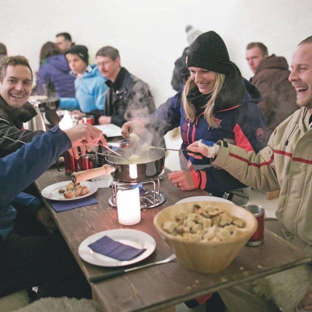 Fondue à discrétion dans un igloo avec trajets en téléphérique le soir à Stockhorn (2 pers.)